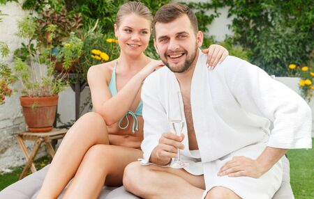 Photo pour Happy young couple relaxing in spa hotel outdoors - image libre de droit