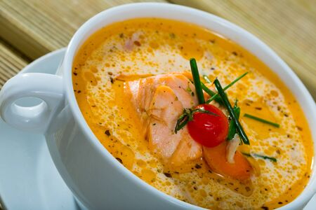 Photo pour Traditional Norwegian cream salmon soup with carrots and potatoes - image libre de droit