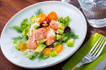 Photo pour Sea food – salmon ceviche with avocado, kumquat and dill - image libre de droit