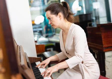 Foto de Portrait beautiful woman playing piano - Imagen libre de derechos