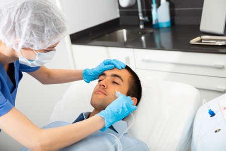 Photo pour Client of aesthetic medicine clinic during carboxy therapy - image libre de droit