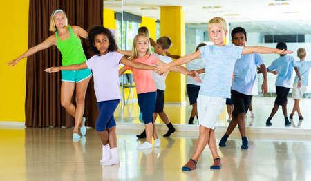 Photo pour Children learn dance movements in dance class - image libre de droit