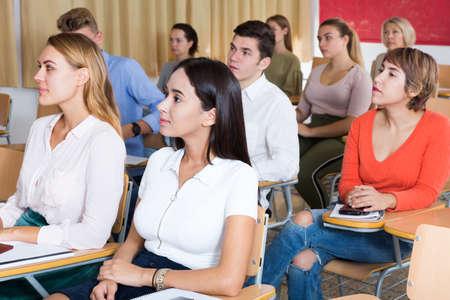 Photo pour Young woman on lecture in classroom - image libre de droit