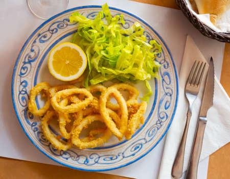 Foto de Crispy squid rings in batter Roman style. Traditional spanish dish - Imagen libre de derechos