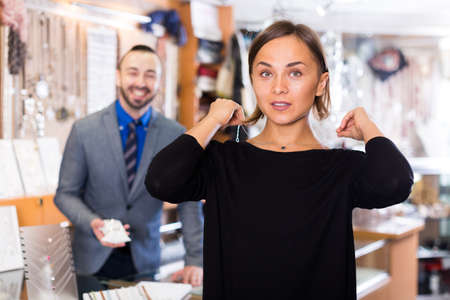 Photo pour Female consumer trying chainlet with pendants - image libre de droit