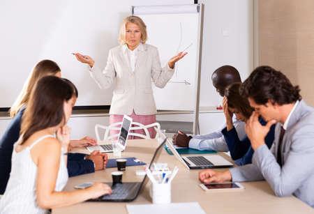 Photo pour Mature female boss scolding subordinates - image libre de droit