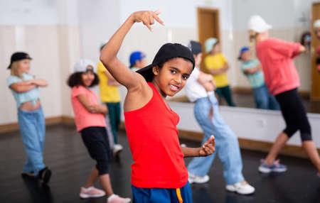 Foto de Happy tweens practicing hip hop in dance studio - Imagen libre de derechos