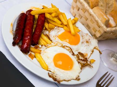 Foto de Huevos con chistorra. Scrambled eggs with sausage and potatoes. - Imagen libre de derechos