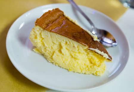 Photo pour Slice of cheesecake - image libre de droit