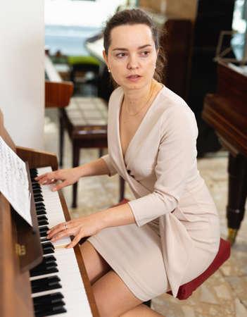 Photo pour Portrait beautiful woman playing piano - image libre de droit