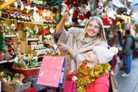 Photo pour Family shopping on Christmas market - image libre de droit