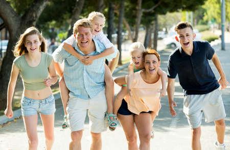 Photo pour Smiling man and woman with four kids - image libre de droit