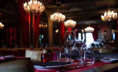 Photo pour Served tables in banquet room of luxurious restaurant - image libre de droit