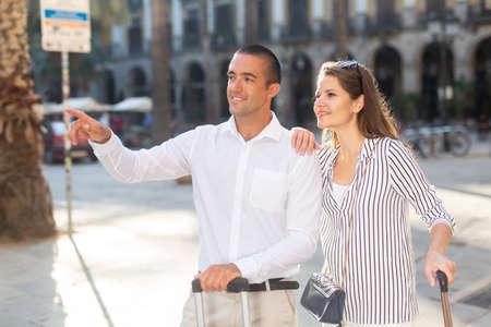 Photo pour Couple of tourists admiring city views while traveling - image libre de droit