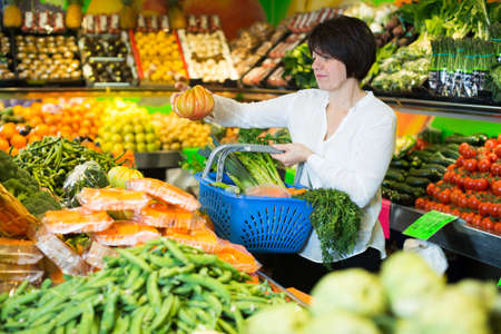 Photo pour Adult female taking vegetables - image libre de droit