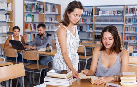 Foto de teacher working with girl student - Imagen libre de derechos