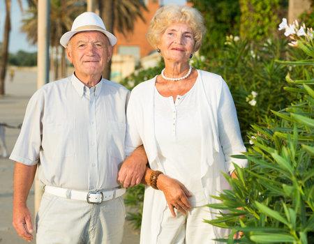Photo pour old happy pensioners female and male - image libre de droit