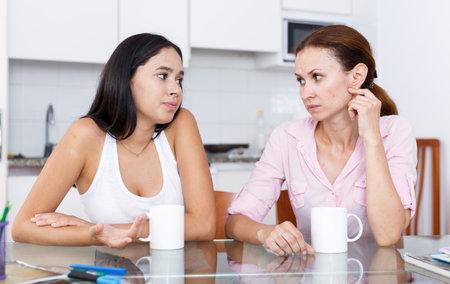Photo pour Mother and daughter talking - image libre de droit