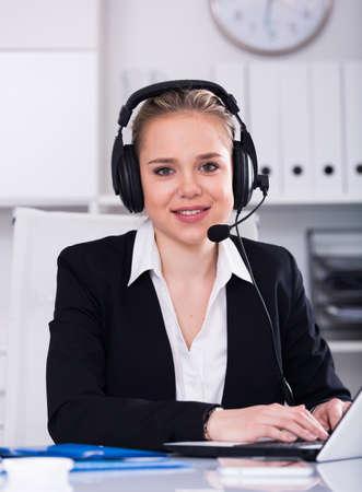 Photo pour Female helpline operator with headphones - image libre de droit