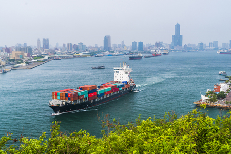 Photo pour Container ship in the port of Kaohsiung, Taiwan. - image libre de droit