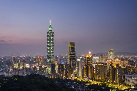 Photo pour Taipei City Skyline at night, Taiwan. - image libre de droit