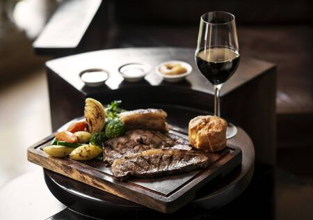 Photo pour gourmet sunday roast beef traditional british meal set on old wooden pub table - image libre de droit