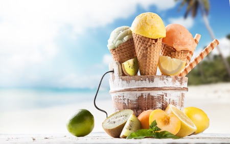 Photo pour Fresh fruit ice cream scoops in cones - image libre de droit