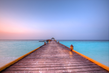 Foto de Wooden jetty in Maldives with beautiful sunset clouds - Imagen libre de derechos