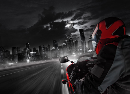 Foto de POV of super sport motorcycle driver riding towards big city. - Imagen libre de derechos