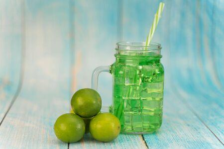 Photo pour Lemonade summer cold drink with wooden background - image libre de droit