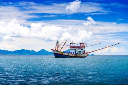 Photo pour Fishing ship in Andaman sea Thailand - image libre de droit