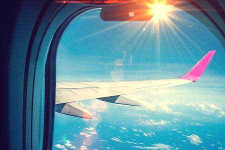 Photo pour The image of the plane's wing is light lens flare - image libre de droit