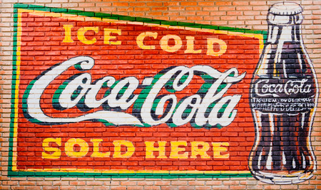 Foto de BANGKOK -THAILAND, February 26,2019 : Old condition vintage wall of Coca-Cola logo. on FEB 26,2019 in Bangkok Thailand. - Imagen libre de derechos