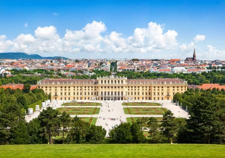 Photo pour Beautiful view of famous Schoenbrunn Palace with Great Parterre garden in Vienna, Austria - image libre de droit