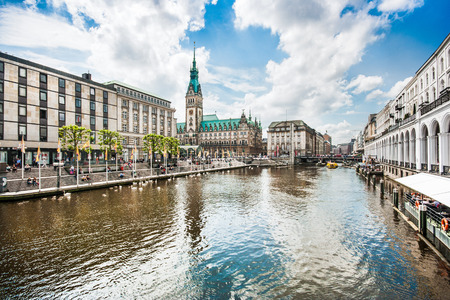 Photo pour Beautiful view of Hamburg city center with town hall and Alster river, Germany - image libre de droit