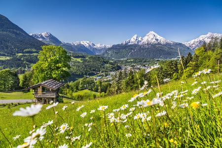 Foto de Beautiful mountain landscape in the Bavarian Alps with village of Berchtesgaden and Watzmann massif in the background at sunrise, Nationalpark Berchtesgadener Land, Bavaria, Germany - Imagen libre de derechos