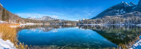 Foto de Panoramic view of idyllic lake Hintersee with beautiful alpine mountain range winter landscape in the Bavarian Alps on a sunny day, Ramsau, Nationalpark Berchtesgadener Land, Upper Bavaria, Germany - Imagen libre de derechos