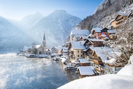 Foto de Classic postcard view of famous Hallstatt lakeside town in the Alps on a beautiful cold sunny day - Imagen libre de derechos