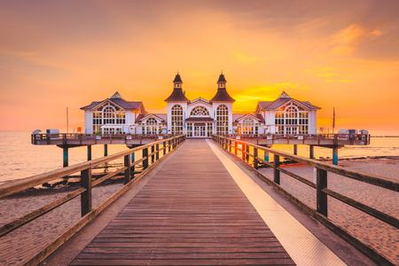 Photo pour Famous Sellin Seebruecke (Sellin Pier) in beautiful golden morning light at sunrise in summer, Ostseebad Sellin tourist resort, Baltic Sea region, Germany - image libre de droit