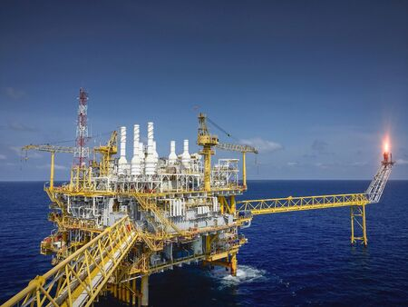 Photo pour Offshore oil and gas platforms are in the process of releasing gas to the flame platform to reduce the pressure in the production process and forward the converted refinery. For the petroleum industry - image libre de droit
