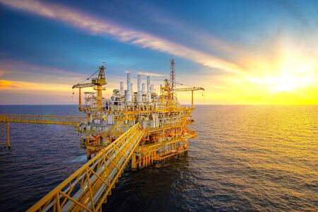 Photo pour Offshore oil and gas rig platform with beautiful sky in the gulf of Thailand. - image libre de droit
