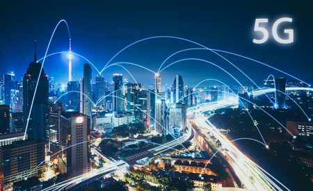 Foto de 5G network wireless systems and internet of things with modern city skyline. Smart city and communication network concept . - Imagen libre de derechos