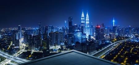 Photo pour Open space balcony with Kuala Lumpur cityscape skyline view  . Night scene . - image libre de droit