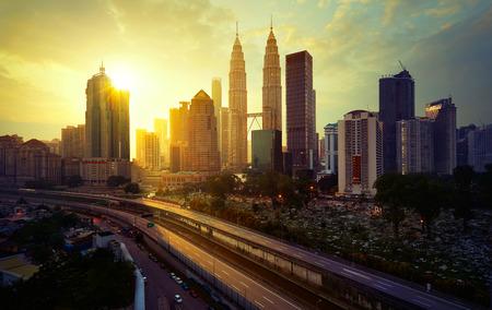 Photo pour Sunrise in Kuala Lumpur with the silhouette of the Kuala Lumpur city skyline - image libre de droit