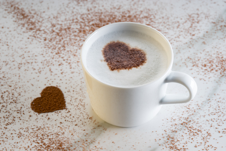 Photo pour hot drink with heart shape cocoa mark - image libre de droit