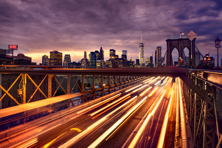 Foto de Night car traffic on Brooklyn Bridge in New York City - Imagen libre de derechos