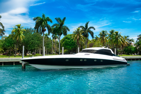 Photo pour Luxury speed yacht near tropical island in Miami, Florida - image libre de droit