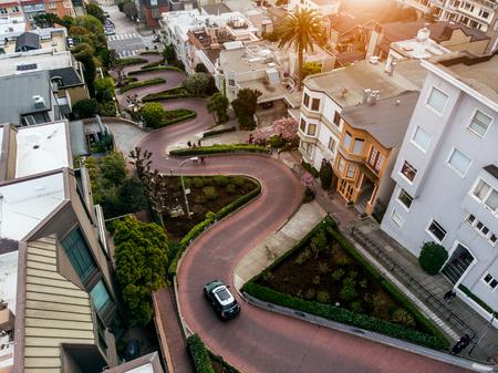 Foto de Lomard street in San Francisco. Tourist attraction. - Imagen libre de derechos