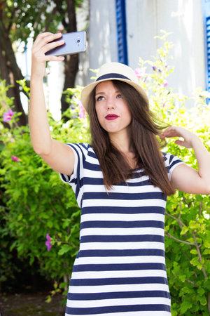 Photo pour girl smartphone selfie posing - image libre de droit