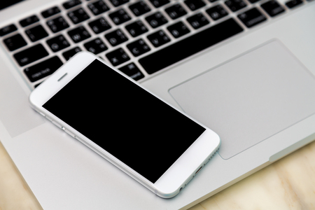 Photo pour laptop with smart phone on table - image libre de droit